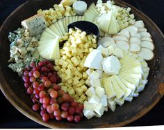 Cheese platter that's nicely arranged. Meat Platter, Antipasto Platter, Cheese Fruit, Cheese Trays, Cheese Platers, Prom Food, Buffet, Artisan Cheese, Party Trays