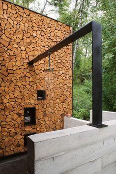 Simpel maar stoer gebruik van staal. Tuindouche gecombineerd met een houtopslag.