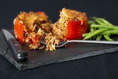 Poivrons farcis à la saucisse et au quinoa | recettes.qc.ca Confort Food, Couscous, Quinoa, Muffins, Beef, Style, Beef Stuffed Peppers, Sausages, Kitchens