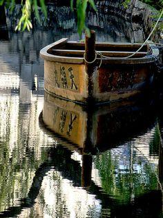 The Tenryo Maru tour boat, canals of the Bikan historic district of Kurashiki in Okayama Prefecture, Japan. Old Boats, Small Boats, Japan Kultur, Am Meer, Mirror Image, Wooden Boats, Wabi Sabi, Belle Photo, Great Photos