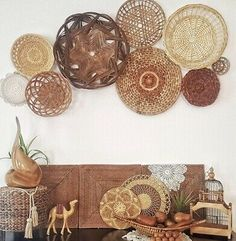 Boho Basket Wall Set Of 4 Hippie Decor Brown Woven Good Condition. Condition is Used. First photo is for styling purposes ONLY and is not the actual product. Boho Living Room, Living Room Decor, Moroccan Home Decor, Estilo Tropical, Vintage Space, Boho Designs, Basket Decoration, Baskets On Wall, Eclectic Decor