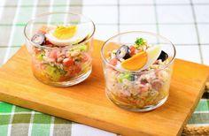 冷めたごはんでおしゃれなサラダを作りましょう。トマトやブロッコリー、生のマッシュルームなど、彩りや食感のいい具材をたくさん加えるのがポイントです。1人分ずつグラスに盛れ…