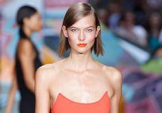 KNALL: Modellen Karlie Kloss har vært opptatt med å gå visninger hele moteuken. Her gikk på catwalken til DKNY rett før popstjerne Rita Ora ...