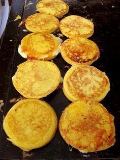 Cachapas is another delightful dish from Venezuela. Mexican Food Recipes, Vegan Recipes, Dessert Recipes, Cooking Recipes, Sans Gluten Ni Lactose, Plantain Recipes, Venezuelan Food, Colombian Food, Colombian Arepas