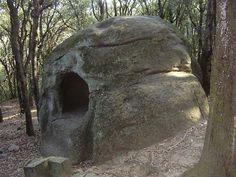 Monument funerari, gàbia neolítica... L'origen de la roca Foradada de Vallromanes, a la part septentrional de la Serralada Litoral, és tot un misteri. Vols descobrir-lo? Foto: Jordi Gomara via Wikimedia #vallromanes #vallesoriental #bcnmoltmes #costabcn