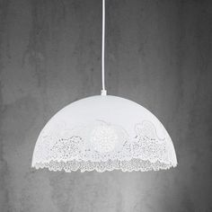 Tento artikel je k dispozícií iba ONLINE. Dekoratívne závesné svietidlo z kovu v bielej farbe so zaujímavým dizajnom sa hodí do každého interiéru. Priemer cca 40cm, dĺžka 120cm. Pre žiarovku E27 s max. 60 W.