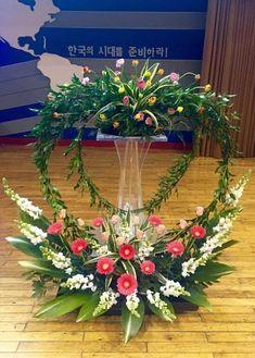 Tropical Floral Arrangements, Flower Arrangement Designs, Creative Flower Arrangements, Church Flower Arrangements, Church Wedding Flowers, Altar Flowers, Funeral Flowers, Flowers Garden, Deco Floral