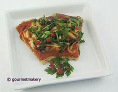 Rohkost (Roh) Rezept vegan: Pizza mit Rucola, marinierten Zwiebeln und Pilzen / raw recipe: pizza with arugula, marinated onions and mushrooms