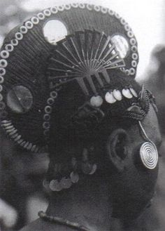 Woman with coiffure in the form of a crest with ornaments and comb.   Igbo, Nigeria, West Africa Photo: Afrika Museum, Berg en Dal.