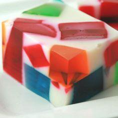 Receita de Gelatina Colorida - gelatinas, uma de cada vez, colocando-as em três vasilhas, separadas,levando-as para gelar. Quando estiverem firmes...