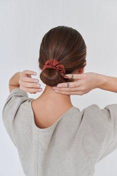 Linen scrunchie  cravate de cheveux en lin  scrunchies de image 0 Scrunchies, Jurlique, Wrinkle Remover, Girls Accessories, Natural Linen, Hair Ties, Short Hair Styles, Hairstyle, Photoshoot