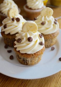 Sweet and sticky banana cupcakes with classic tangy cream cheese frosting. A delicious treat topped with banana slices and milk chocolate chips! Frosting Recipes, Cupcake Recipes, Cupcake Cakes, Dessert Recipes, Gourmet Cupcakes, Cupcakes With Cream Cheese Frosting, Buttercream Frosting, Cupcake Frosting, Banana Nut