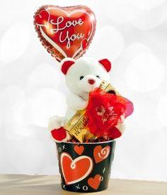 Este tierno osito de peluche llevara su mensaje de amor donde quiera que vaya. Osito llegara finamente empacado y acompañado de una caja de chocolates y un globo de Te Amo.