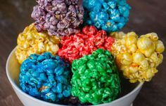 How to Make RAINBOW Popcorn Balls! This easy DIY recipe shows how to make marshmallow popcorn balls that are colored using food dye and karo syrup! Sweet Popcorn, Popcorn Snacks, Popcorn Balls, Flavored Popcorn, Popcorn Recipes, Popcorn Mix, Cookie Recipes, Dessert Recipes, White Chocolate Bark