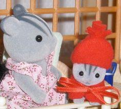 vêtements pour Sylvanian (explications, patrons, tutoriels ) nouveautés avec tuto.: charlotte pour lapine p61, châle en tissu p63, coussin de chaise page 64, chapeaux masculins p 65, casquette p66 - Page 21 Sylvanian Families, Family Outfits, Doll Accessories, Diy For Kids, Doll Clothes, Miniatures, Dolls, Sewing, Knitting