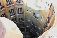 Vivere all'interno della #Pedrera, una delle case più belle della #Catalogna. #gaudi #modernismo #architettura
