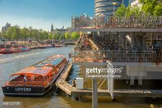 Foto de stock : Amsterdam city center life in the street. Bike parking lot