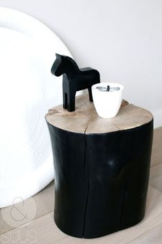 black tree trunk as a night stand or a coffee table next to the couch. Tree Trunk Table, Black And White Interior, Black White, Trendy Tree, Home And Deco, Wood Furniture, Industrial Furniture, Diy Home Decor, Sweet Home