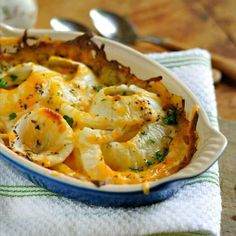This recipe for Tennessee Onions uses Vidalia Onions or any sweet onion, cheese and butter. Paula Deen, Dolly Parton and the Pioneer Woman would all be proud! Side Dish Recipes, Vegetable Recipes, New Recipes, Vegetarian Recipes, Cooking Recipes, Favorite Recipes, Healthy Recipes, Cooking Tips, Vegetarian Curry