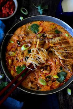 Soupe Thaï (poulet, lait de coco et curry rouge) Asian Noodle Recipes, Easy Asian Recipes, Ethnic Recipes, Beef Recipes, Soup Recipes, Healthy Recipes, Coco Curry, Clean Eating Snacks, Healthy Eating