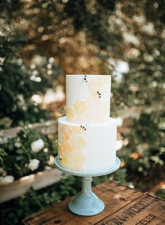"""Bee Baby Shower Cake """"What Will It Bee?"""" baby shower theme, complete with this adorable honeycomb cake design. Fiesta Baby Shower, Baby Shower Cakes, Baby Shower Parties, Baby Shower Themes, Shower Party, Shower Ideas, Shower Tips, Bridal Shower, Hummel Baby"""
