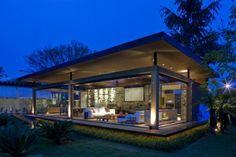 Inspirado en la famosa Casa Farnsworth de Mies Van der Rohe, el proyecto explora cuatro de los cinco puntos de la arquitectura moderna: americana, pilotes, fachada libre y ventanas corridas.