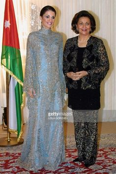 Jordans queen rania and egypts first lady suzanne mubarak pose for picture Pakistani Fashion Casual, Muslim Fashion, Hijab Fashion, Fashion Outfits, Fashion Line, Royal Fashion, African Fashion Dresses, African Dress, Pretty Dresses