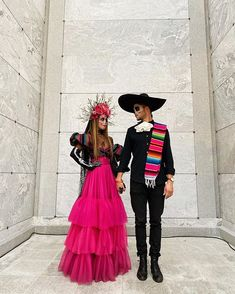 One way people celebrate Día de los Muertos or Day of the Dead is through costumes. Check out the best skull-inspired ones here. Disfarces Halloween, Mexican Halloween Costume, Bonnie And Clyde Halloween Costume, Scary Couples Halloween Costumes, Halloween Inspo, Halloween Makeup Looks, Halloween Party Decor, Halloween Outfits, Costumes For Women