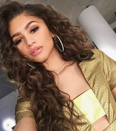 Zendaya has proven she's a fashion force to be reckoned with. From topping best-dressed lists on the regular to starting her own line, Daya by Zendaya, she Mode Zendaya, Zendaya Style, Zendaya Makeup, Zendaya Coleman, Wavy Weave, Ombre Weave, Curly Hair Styles, Flawless Makeup, Hairstyle Ideas