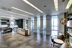Gun+Partners Ankara Office designed by Zemberek Design in Ankara,Turkey.  A refined but dynamic approach that users to feel sense of belonging and comfort. #officedesign #office #interiordesignturkey #interiordesign #deskdesign #sliding #whitedesign #concretefloor