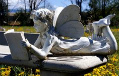 I love reading statues!