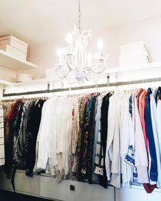 my closet! olha que sonho meu closet super organizado depois do trabalho das meninas da @empresa_help  elas organizam tudo por cor tipo de peça dobram perfeitamente... vale muito a pena pois dá para visualizar melhor o que temos!