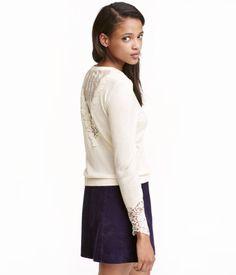 Kolla in det här! En finstickad tröja i mjuk kvalitet med lyster. Tröjan har infällt spetsparti bak och breda spetskanter vid ärmsluten. - Besök hm.com för ännu fler favoriter.