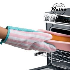 If you're one of those people who love taking care of even the smallest details when it comes to kitchenware, the retro oven glove must be yours. This oven glove is padded and with it you'll avoid burning yourself on the oven tray, on pans, etc. Retro Oven, Oven Glove, See On Tv, Unusual Gifts, Decoration, Vintage Items, Celebrities, Parties, Gloves