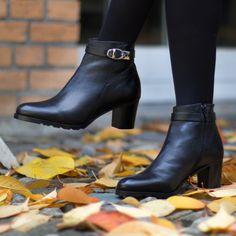 Wunderschöne schwarze Bottine. Gibt es auch noch in der Farbe dunkelbraun. (Art. NUO356  CHF 269) Rubber Rain Boots, Booty, Ankle, Shoes, Fashion, Fall 2016, Dark Brown, Get Tan, Colour