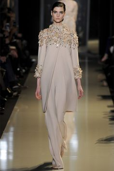 Elie Saab is a master of an evening dress. His Spring 2013 haute couture collection is all about femininity. The dreamy dresses and gowns. Elie Saab Haute Couture, Style Haute Couture, Couture Fashion, Hijab Fashion, Runway Fashion, Fashion Show, Womens Fashion, Fashion Design, Spring Couture