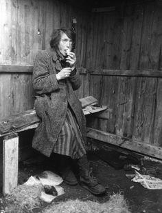 Bernadotte-aktionen. Udhungret polsk kvinde fra koncentrationslejren Ravensbrück efter ankomsten til Padborg i april-maj 1945 Tidsperiode og årstal Datering: Mellem April 1945 og Maj 1945 - See more at: http://samlinger.natmus.dk/FHM/14552#sthash.kcPYD3c0.dpuf