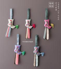 작은버선노리개 Korean Traditional, Traditional Outfits, Korean Language, Bookmarks, Patches, Wraps, Gift Wrapping, Quilts, Stitch