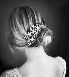 In a warm champagne-gold shade, this romantic hair vine combines off-white pearls with Austrian crystals, frosted metal leaves, and beaded flowers set on a wire comb. The vine is bendable, so it can be easily shaped to suit your hairstyle.