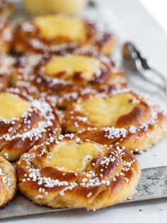Kardemummabullar med Vaniljkräm | Fridas Bakblogg | Alltommat Swedish Recipes, Sweet Recipes, Real Food Recipes, Baking Recipes, Cake Recipes, Delicious Desserts, Yummy Food, Biscuits, Halloumi