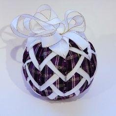 Šištička Dekorace. Polystyrenová kulička zdobená tzv. artyčokem - technikou nešitý patchwork. Tato vánoční ozdoba se zaručeně nerozbije. Je dozdobena mašlí. Zavěšení na očko. Velikost: 8cm Inspirací pro vznik tohoto výrobku byla akce klubu Šikovné severočešky a přátelé s názvem :Vánoční dekorace