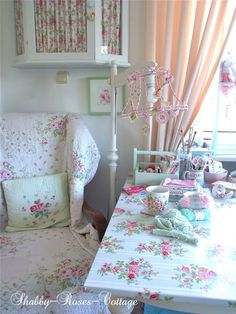 Shabby-Roses-Cottage, looks like a sweet craft table
