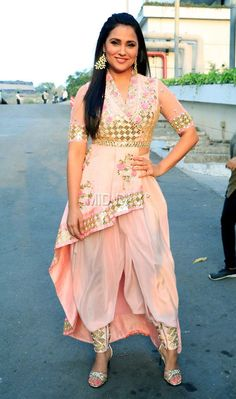 Lara Dutta spotted in a peach dhoti and kurta outfit! Party Wear Indian Dresses, Designer Party Wear Dresses, Indian Fashion Dresses, Indian Gowns Dresses, Kurti Designs Party Wear, Dress Indian Style, Indian Designer Outfits, Indian Outfits, Lara Dutta