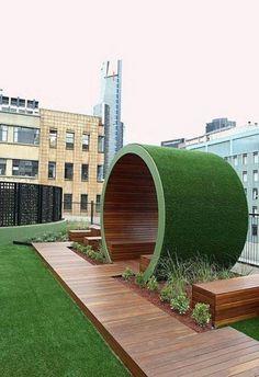 13. Bancos cobertos por estrutura flexível de Multipanel, madeira e grama sintética, localizado na cobertura de um edifício de Melbourne, Australia. A estrutura que poderia estar em qualquer praça foi projetado pelo escritório Ian Barker and Associates.