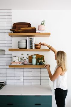 How to Style Kitchen Shelves - The Effortless Chic : Styling Our Kitchen Shelves Three Different Ways Like A Pro – The Effortless Chic — Open Shelving — How to Style Open Shelves Kitchen Shelves, Dining Room Shelves, Kitchen Shelf Decor, Floating Shelves Kitchen, Decorating Kitchen, Room Ideas Bedroom, Cuisines Design, Kitchen Styling, Open Shelving