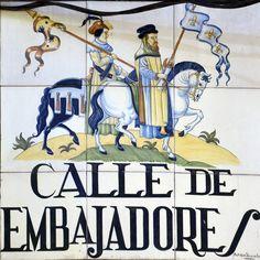 Calle de Embajadores. La denominación de la calle se debe al uso que se dio para el recibimiento de la embajada del Rey de Túnez en época de Juan II de Castilla. La calle finalizaba en una explanada empleada como residencia de los embajadores.