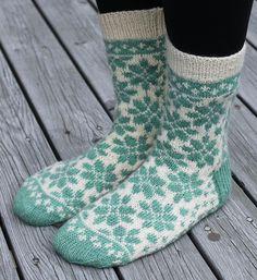 Dagens kjøpeoppskrift: Blomsterhage-sokken | Strikkeoppskrift.com