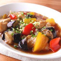 「鶏ささみと彩り野菜の甘酢あん」の作り方を簡単で分かりやすい料理動画で紹介しています。鶏ささみ肉とパプリカ、ナス、玉ねぎを一緒に炒め、甘酢あんで和えました。甘酸っぱいタレがからんだ鶏肉と野菜は、さっぱりとしているのにごはんやお酒がすすむ美味しさです。ぜひ色々な野菜を組み合わせて作ってみてくださいね。