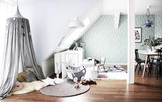 Unser Wohnzimmer mit Spielecke und Baldachin.