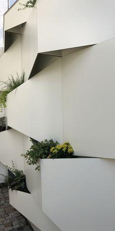 Its made of compact board and aluminium. It´s a garden segregation between two houses. Compact, Houses, Board, Garden, Plants, Gutter Garden, Privacy Screens, Homes, Garten